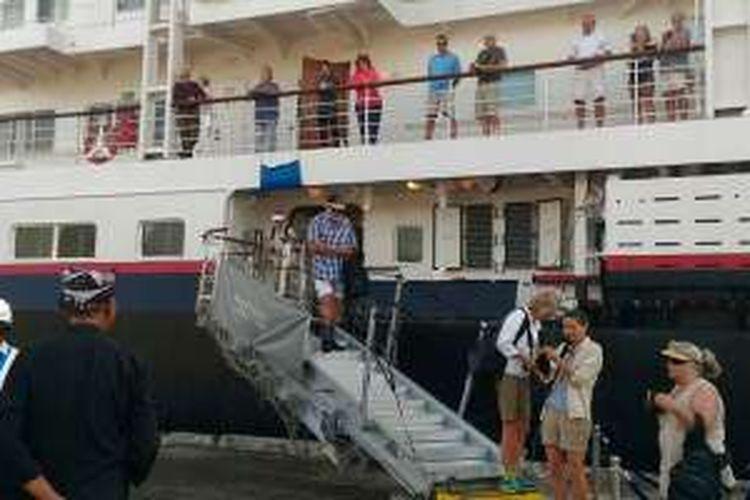 Kapal Pesiar Silver Discoverer yang membawa ratusan wisatawan mancanegara berlabuh di Pelabuhan Tanjung Wangi, Banyuwangi, Jawa Timur, Kamis (20/10/2016).