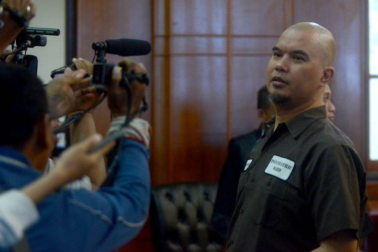 Terdakwa kasus dugaan pencemaran nama baik Ahmad Dhani Prasetyo usai mengikuti sidang di Pengadilan Negeri Surabaya, Selasa (11/6). Majelis Hakim menjatuhkan hukuman satu tahun penjara kepada terdakwa.