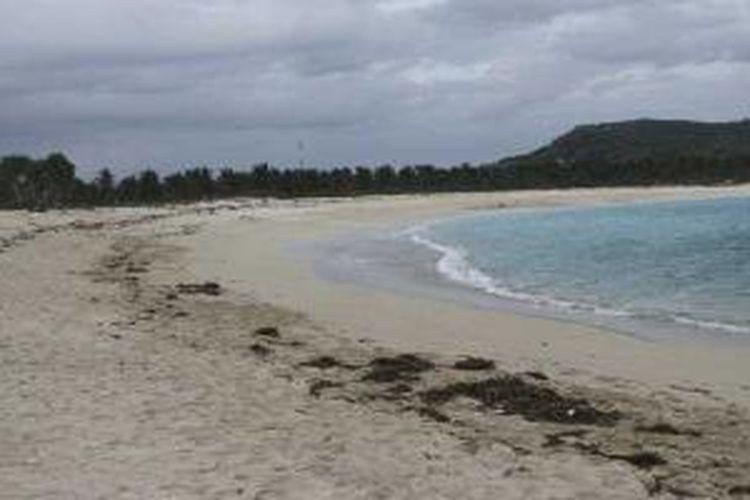Pantai Tanjung Aan di Lombok Tengah, Nusa Tenggara Barat.