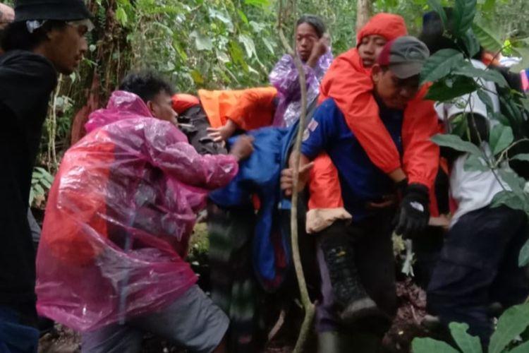 Tim SAR berhasil mengevakuasi dua pendaki Gunung Talamau Sumbar yang alami hipotermia, Sabtu (2/1/2021)
