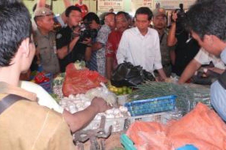 Gubernur DKI Joko Widodo saat meresmikan relokasi Blok B dan C Pasar Minggu, Jakarta selatan.