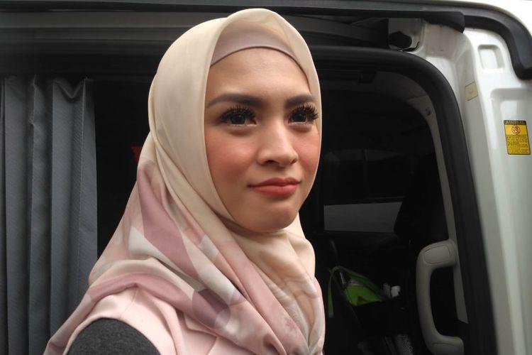 Artis peran Donita usai tampil di salah satu acara stasiun televisi swasta kawasan Mampang, Jakarta Selatan, Jumat (17/5/2019).