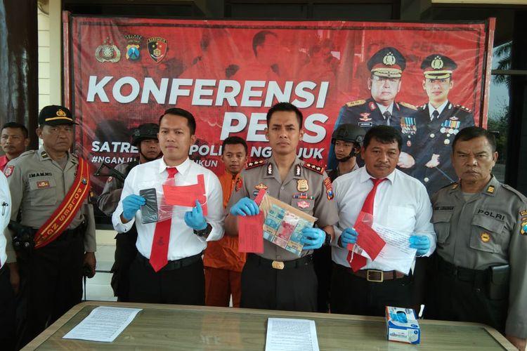Jajaran Polres Nganjuk, Jawa Timur, saat rilis hasil operasi tangkap tangan terhadap seorang kades.