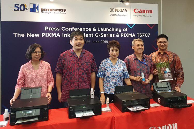 Canon Division Director PT Data Script Merry Harun (tengah), dalam cara peluncuran empat printer Canon Pixma baru di Jakarta, Selasa (25/6/2019).