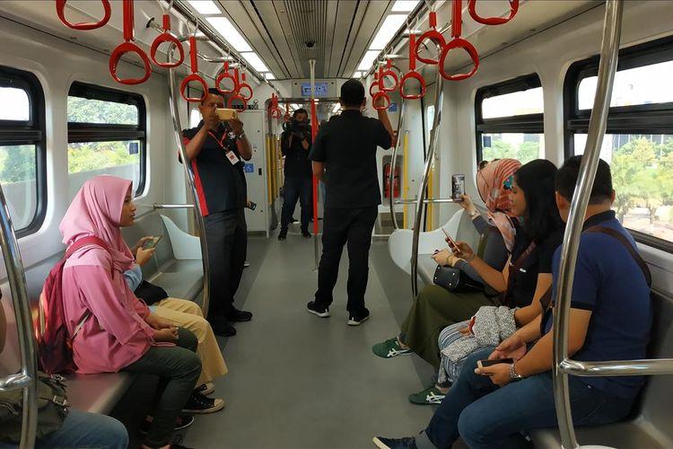 Suasana di dalam kereta LRT Jakarta pada uji publik gratis yang digelar mulai Selasa (11/6/2019).