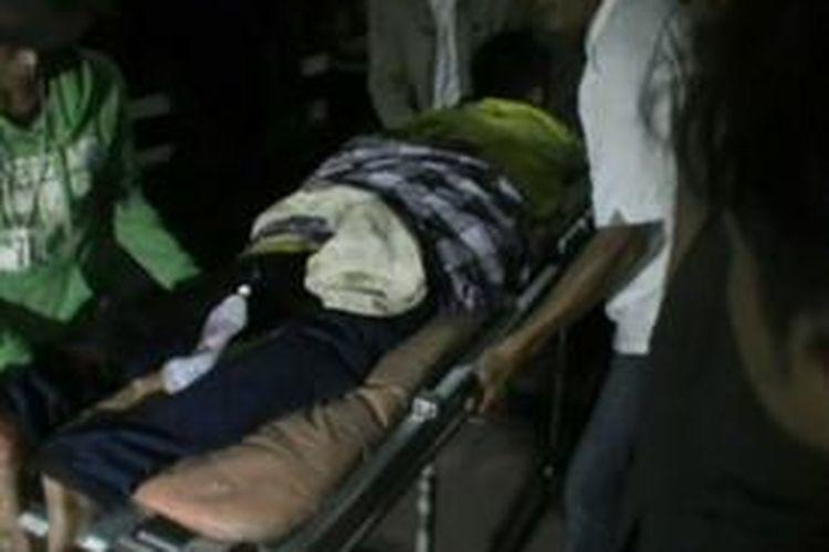 Supomo (42) dan Dedy (20) dua korban yang juga ayah dna anak yang menjadi korban pengeroyokan sekelompok preman dilarikan ke rumah sakit umum daerah polewlai mandar untuk menjalani perawatan akibat luka bacok di sekujur tubuhnya.
