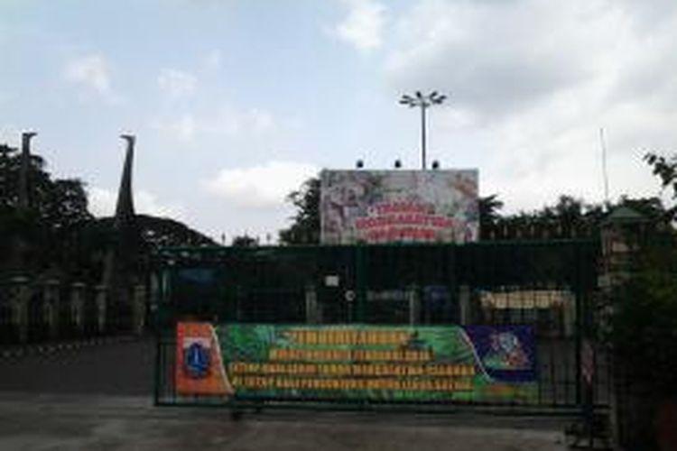 Sejak 3 Februari 2014 Taman Margasatwa Ragunan memberlakukan libur bagi satwa. Tampak spanduk pengumuman liburan hewan di pintu utara Ragunan, Senin (24/3/2014).