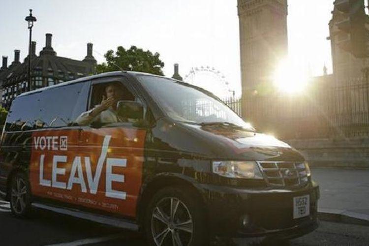 Kelompok pro Britain Exit (Brexit) yang memilih leave melemparkan ciuman ke udara, Jumat (24/6/2016), sebagai tanda suka cita setelah hasil referendum Uni Eropa yang digelar hari sebelumnya menunjukkan bahwa Inggris keluar dari blok tersebut (Brexit).