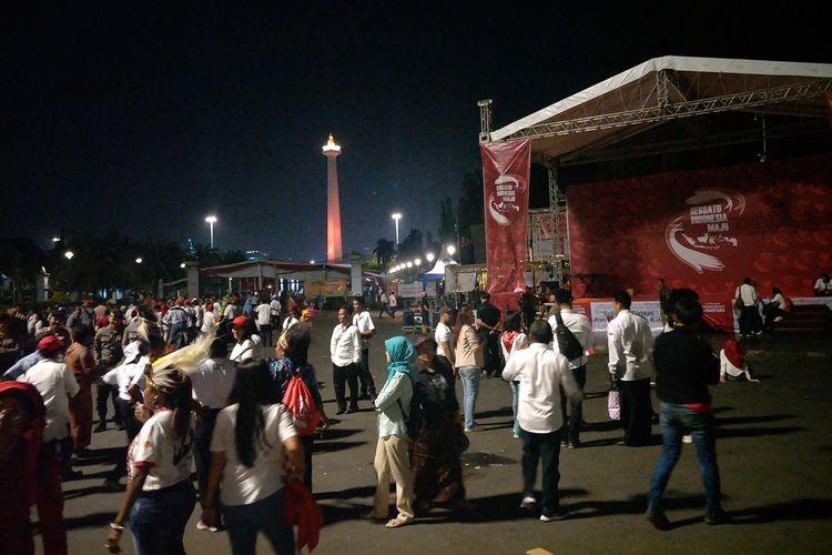 Para relawan Jokowi Maruf Amin di Taman Pandang Istana mulai meninggalkan lokasi, Minggu (20/10/2019).