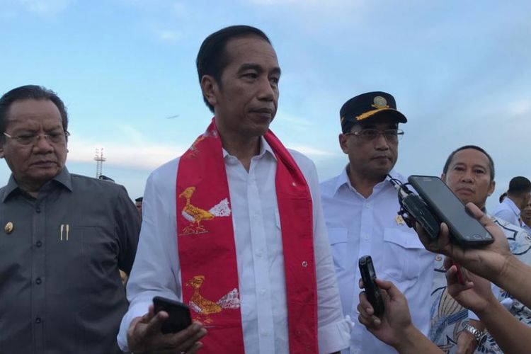 Presiden Joko Widodo saat meresmikan terminal baru Bandara Syukuran Aminuddin Amir, Kota Luwuk, Kabupaten Banggai, Sulawesi Tengah, Senin (23/12/2018).