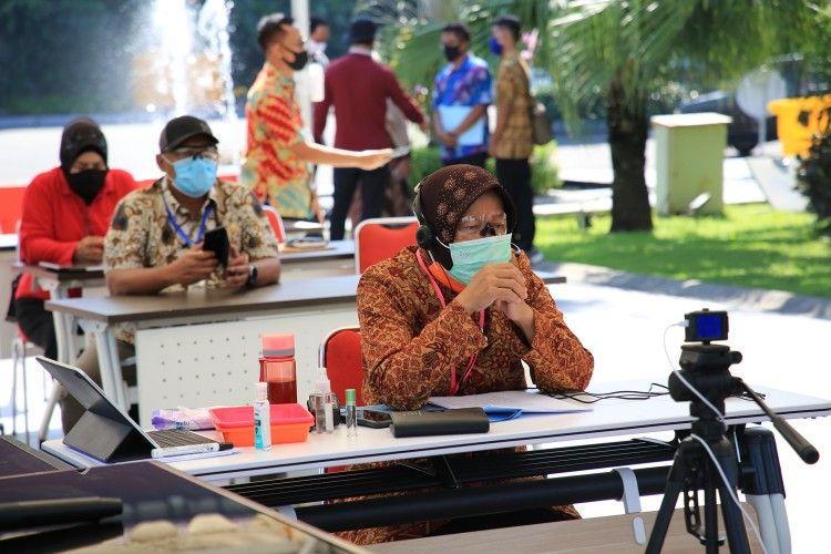 Wali Kota Surabaya Tri Rismaharini saat menggelar pertemuan online melalui video conference bersama dengan para pedagang Sentra Wisata Kuliner (SWK) se-Surabaya, Rabu (17/6/2020).