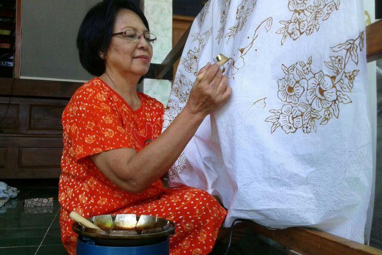 Sumarni sedang Membatik di teras rumahnya. Desa Kepek mengembangkan diri Sebagai Desa Budaya