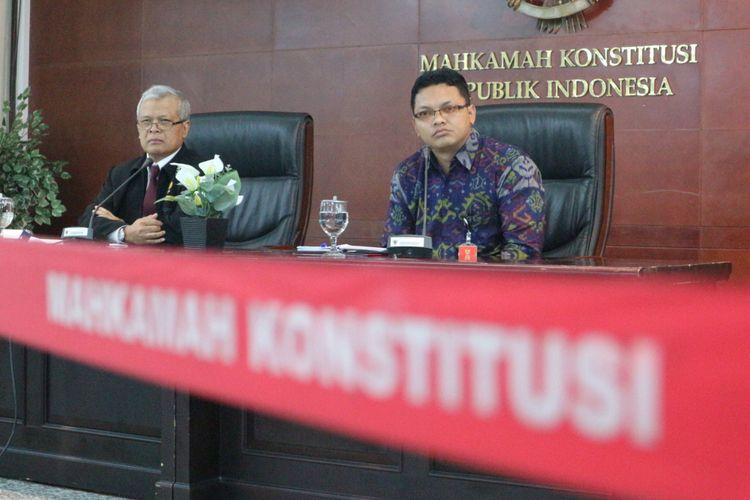 Juru Bicara Mahkamah Konstitusi Fajar Laksono (kanan) ketika memberikan keterangan di Gedung MK, Jakarta, Kamis (15/2/2018).
