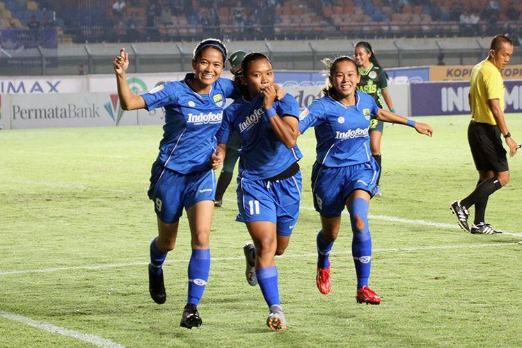 Pemain Persib Putri merayakan gol pertama mereka ke gawang Tira-Persikabo Kartini, dalam laga final leg 1 Liga 1 Putri 2019, di Stadion Si Jalak Harupat, Minggu (22/12/2019).