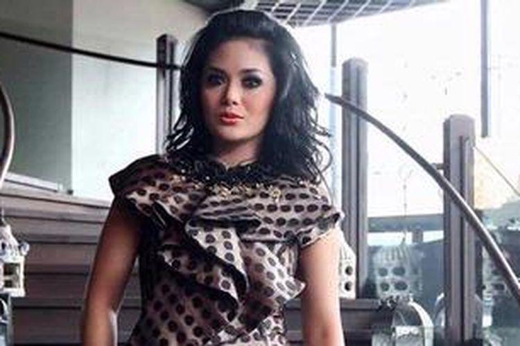 Penyanyi dan artis peran Krisdayanti atau KD menjadi model klip video nyanyian vokalis Yuni Shara, Gantengnya Pacarku, yang merupakan lagu lama yang pernah dipopulerkan oleh penyanyi dangdut Nini Carlina. Shooting klip video itu dilakukan di kawasan Epicentrum Walk, Kuningan, Jakarta Selatan, Senin (28/1/2013).