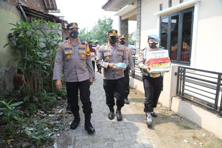 Polda Banten membagikan ribuan paket sembako untuk pasien Covid-19 isolasi mandiri.