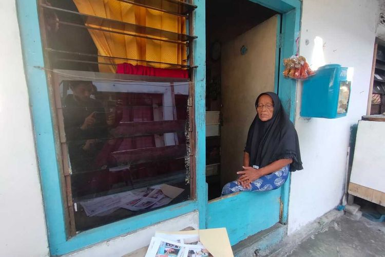 Sumirah (89), warga Kelurahan Simomulyo Baru, Kecamatan Sukomanunggal, Surabaya, hidup sebatang kara di indekos berukuran sekitar 2x3 meter.