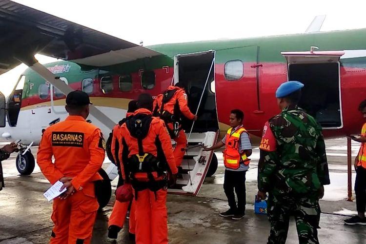 Tim SAR dari Kantor Pencarian dan Pertolongan tengah menaiki pesawat untuk ke Ilaga selanjutnya menggunakan helikopter ke lokasi penemuan serpihan pesawat, Senin (23/9/2019)