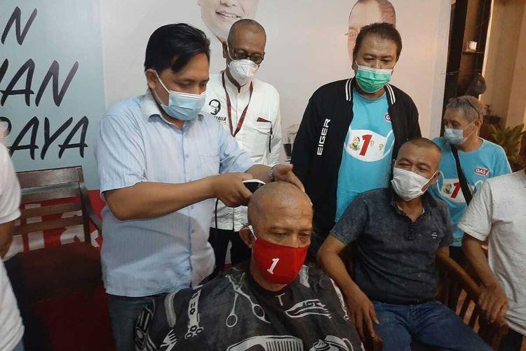 Pendukung Eri Cahyadi - Armuji cukur gundul, Selasa (16/2/2021).