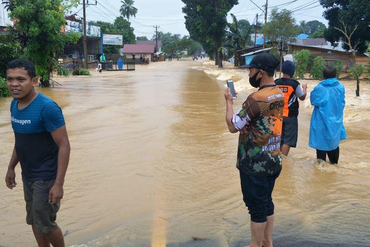 Akses Jalan Nasional terputus di Desa Sarang Halang, Tanah Laut, Kalsel pada Mingu (12/7/2020).