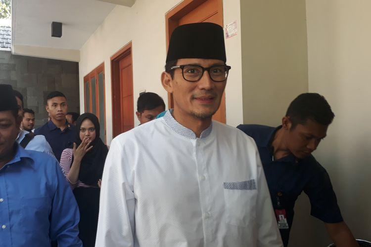 Calon wakil presiden nomor urut 02, Sandiaga Salahuddin Uno, saat takziah di rumah salah satu petugas KPPS di Jalan Ngagel Jaya Utara, Surabaya, Rabu (15/5/2019).