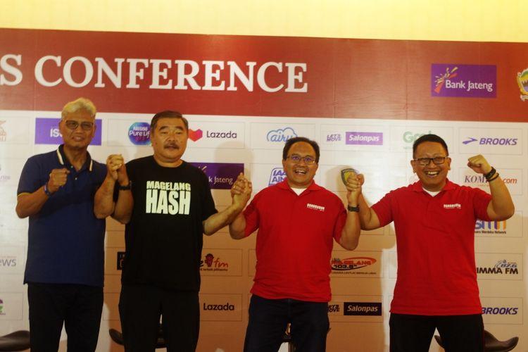 Wakil Pemimpin Umum Harian Kompas, Budiman Tanuredjo (dua dari kanan), bersama Kepala Disporapar Jateng, Sinoeng Nugroho Rachmadi (kanan), Ketua Yayasan Borobudur Marathon, Liem Chie An (dua dari kiri), dan Direktur Utama Bank Jateng, Supriyatno (kiri).