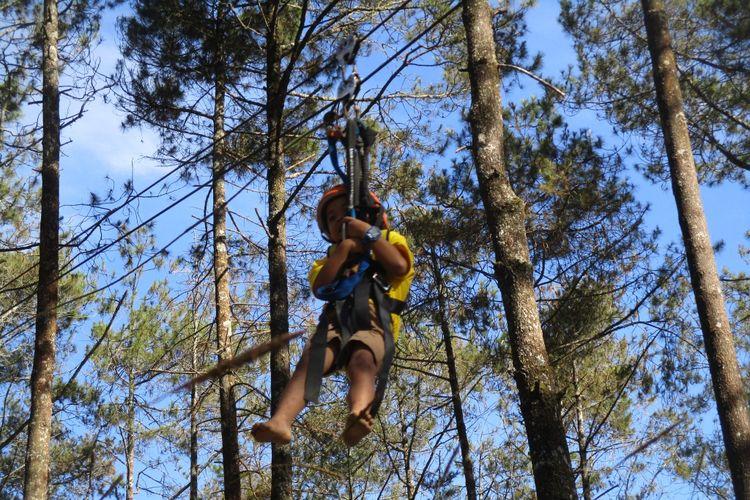 Seorang wisatawan menjajal flying fox di Lawu Park Tawangmangu
