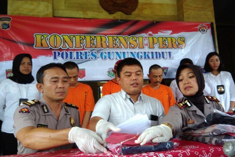 Sumarwan (baju tahanan belakang kanan), seorang PNS pelaku pencabulan terhadap anak tirinya di Kecamatan Semin, Gunungkidul, di Mapolres Gunungkidul, Senin (4/3/2019).