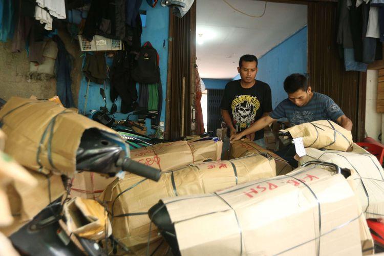 Pekerja sedang mengatur sepeda motor yang akan dikirim para pemudik dengan menggunakan kereta di Stasiun Senen, Jakarta, Minggu (10/6/2018). Pengiriman motor ke daerah meningkat hingga dua kali lipat menjelang arus mudik dan Hari Raya Idulfitri 2018