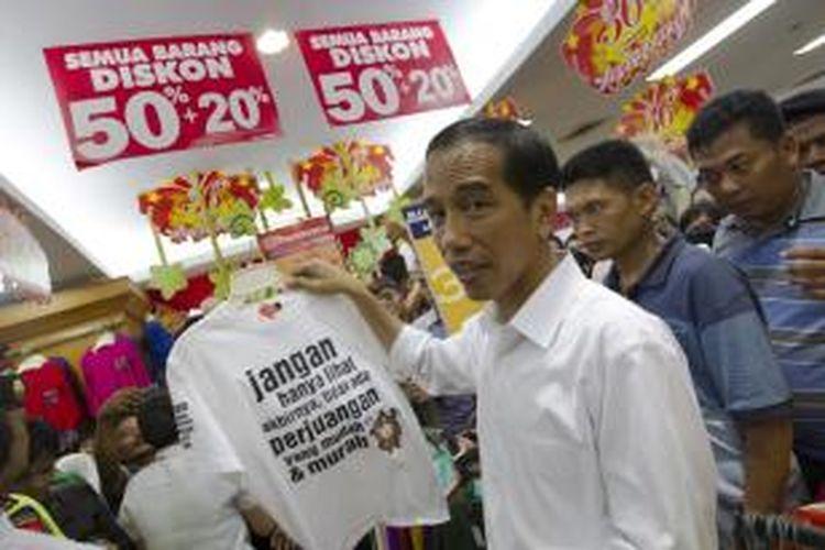 Kandidat calon presiden dari Partai Demokrasi Indonesia Perjuangan (PDI-P), Joko Widodo, melakukan kampanye dengan mengunjungi Toko Ramayana di Cianjur, Jawa Barat, Sabtu (29/3/2014).