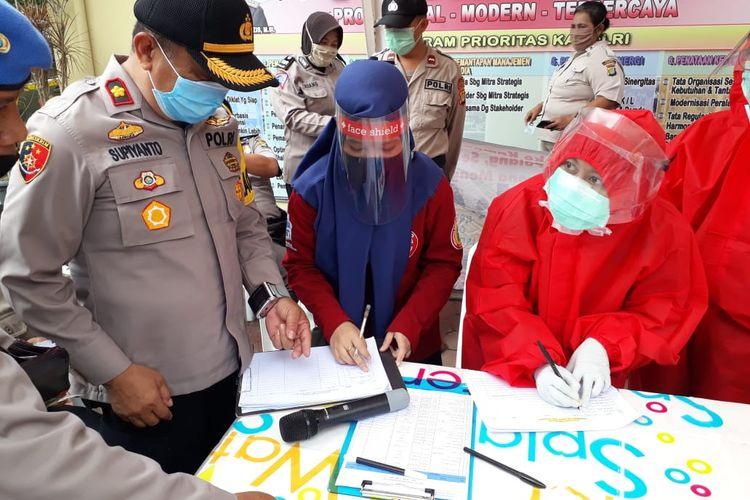 Polsek Pamulang, Tangerang Selatan menggelar rapid test terhadap 76 anggotanya guna mencegah penularan penyakit covid-19 akibat virus SARS-CoV-2. Rapid test tersebut dilakukan di Polsek Pamulang Tangerang Selatan pada Senin (11/5/2020).