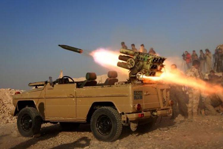 Pasukan Peshmerga Kurdi melepaskan tembakan roket dari sebuah desa tak jauh dari kota Bashiqa yang  berjarak hanya 15 kilometer dari batas kota Mosul, Irak.