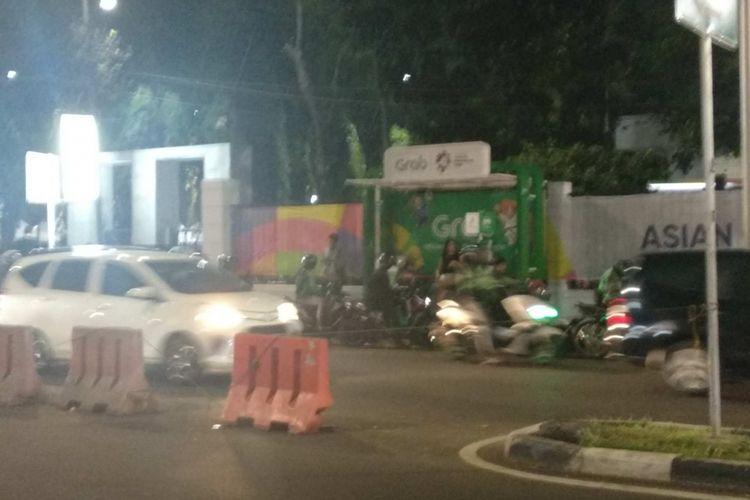 Selter Grab yang berdiri di atas trotoar Gelora Bung Karno.
