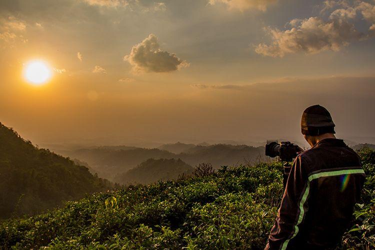 Seorang fotografer memotret menggunakan filter GND di Kebun Teh Kemuning, Karanganyar.