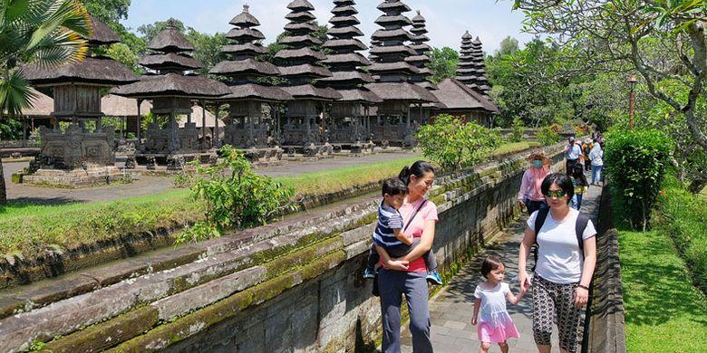 Wisatawan berjalan di kawasan Pura Taman Ayun, Badung, Bali, Jumat (14/12/2018). Wisatawan mancanegara yang datang ke Bali masih didominasi turis Cina yaitu mencapai 23,4 persen dari total wistawan yang berkunjung ke Pulau Dewata.