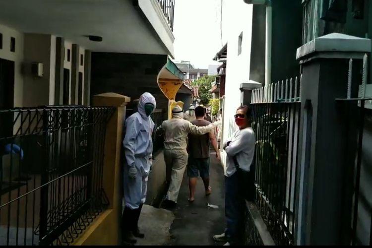 Petugas berpakaian hazmat dan tim gabungan TNI dan Polri setempat menjemput paksa seorang pria positif corona yang sempat mengamuk dan memeluk orang di sekitarnya berniat untuk menularkan, Jumat (15/5/2020).