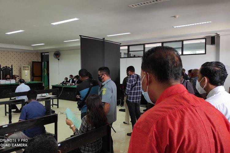 PHOTO:Warga padati sidang perdana Mantan Wali Kota Kupang, Nusa Tenggara Timur (NTT) Jonas Salean (JS),