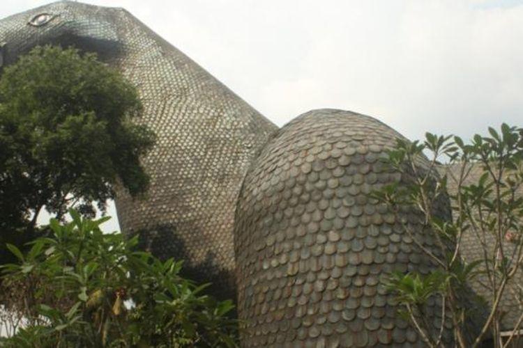 Bentuk bangunan Museum Komodo yang menyerupai komodo, satwa endemik Indonesia.