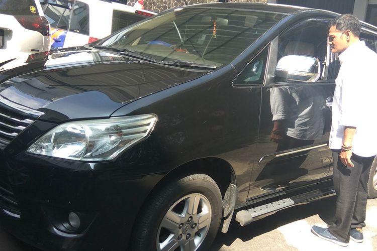 Sopir mobil dinas istri Sekda Ciamis, Apep, menunjukkan kaca mobil yang dipecah pencoleng saat berada di rumah makan di daerah Limbangan, Garut, Rabu (21/8/2019).
