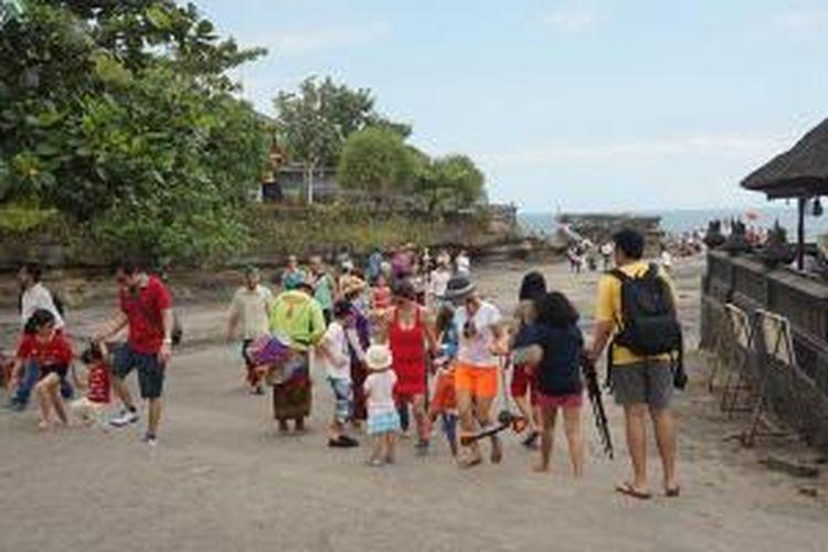 Kunjungan wisatawan di obyek wisata Pura Tanah Lot, Kabupaten Tabanan, Bali, Jumat (26/6/2015).