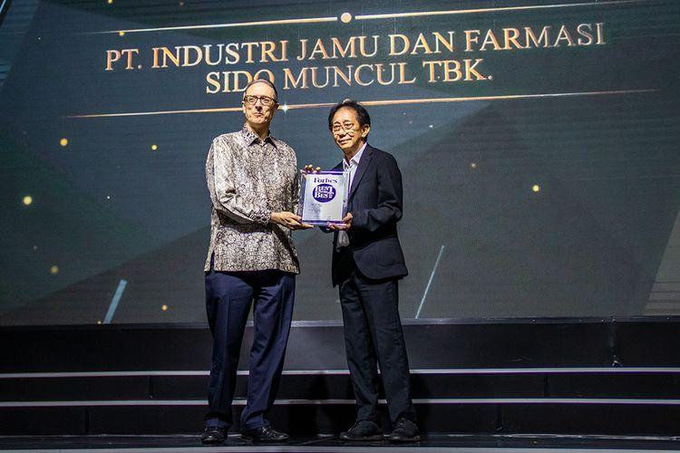 Direktur Sido Muncul, Irwan Hidayat saat mendapat penghargaan dari perwakilan Forbes. (30/10/2019)