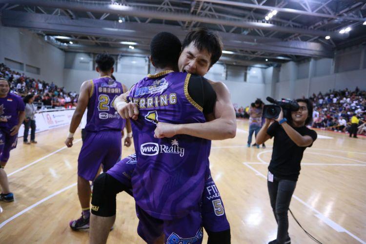 Pemain BTN CLS Knights Indonesia, Wong Wei Long, memeluk rekannya usai pertandingan final ABL 2018-2019.