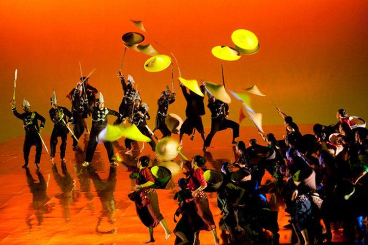 Salah satu adegan dalam pagelaran Matah Ati di Teater Jakarta, Taman Ismail Marzuki Jakarta: Prajurit Perempuan Mangkunagara menyamar sebagai petani ketika bertempur melawan VOC. Konfigurasi menjadi indah karena tata panggung miring.