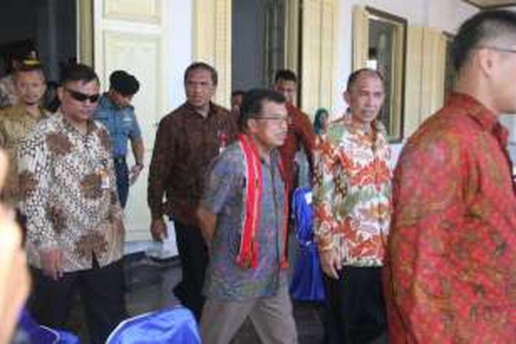 Wakil Presiden Jusuf Kalla usai melakukan pertemuan dengan warga Banda di Istana Mini Kecamatan Banda Kabupaten Maluku Tengah Kamis 17 Maret 2016 lalu