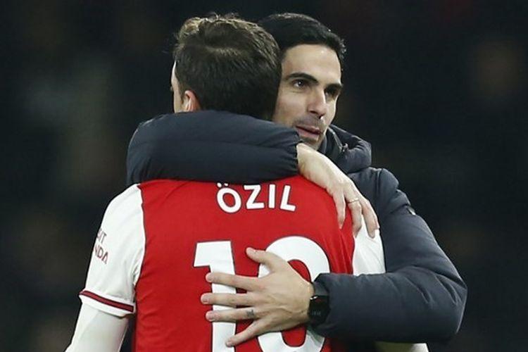Mesut Oezil dan Mikel Arteta setelah laga Arsenal vs Manchester United pada pekan ke-21 Liga Inggris 2019-2020.