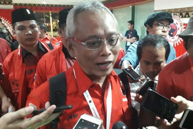 Politikus PDI-P Arif Wibowo memberi keterangan kepada wartawan di sela-sela Kongres PDI-P di Bali, Jumat (9/8/2019).