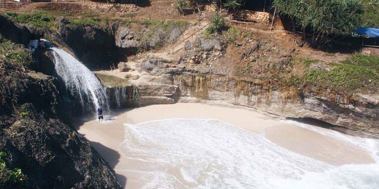 Air terjun di Pantai Banyu Tibo, Desa Widoro, Kecamatan Donorojo, Pacitan.