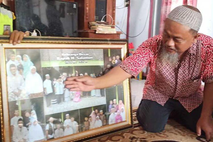 Keluarga menunjukkan foto almarhum Muhammad Nur Kholifatul Amin (46), warga Desa Ngabar, Kecamatan Siman, Kabupaten Ponorogo yang menjadi korban jatuhnya pesawat Sriwijaya Air