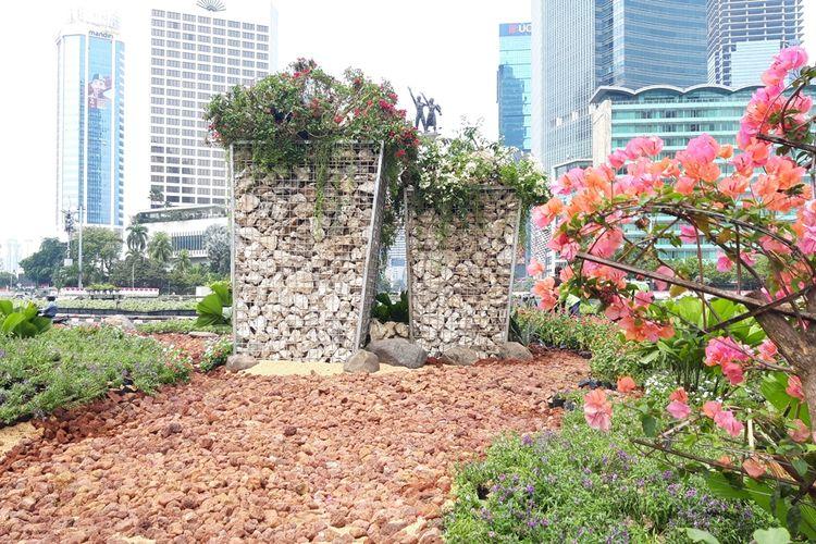 Gabion, instalasi batu bronjong di Bundaran HI, Jakarta Pusat, Kamis (22/8/2019)