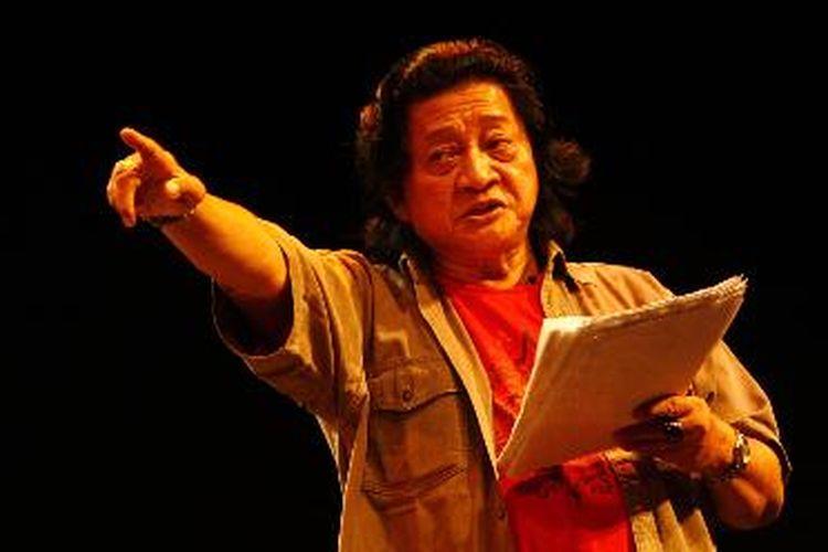 Rendra ketika membacakan puisi terkenalnya berjudul Suto Mencari Bapak di Graha Bhakti Budaya, Taman Ismail Marzuki, Jakarta, Kamis (6/4).